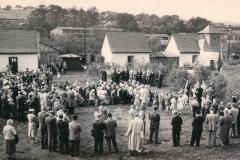 Marktplatz Menschenansammlung mit Behelfsheimen im Hintergrund 1955